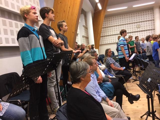 De norske dirigentene sitter midt i det estiske guttekoret
