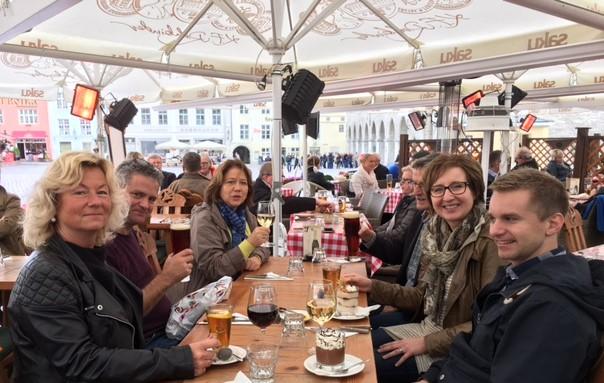 Deltakerne på dirigentreisen hygger seg på uterestaurant
