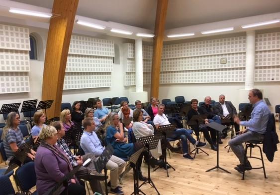 Surva forteller de norske kordirigentene om hvordan han arbeider.