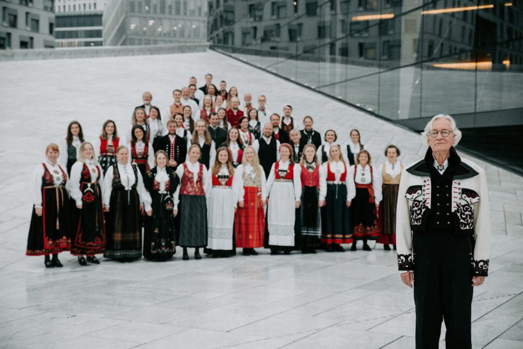 Koret Grex Vocalis oppstilt til billedtaging på Operataket
